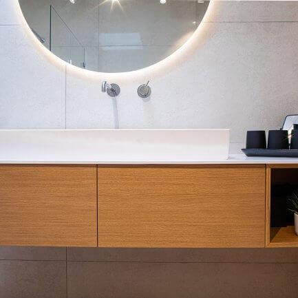ארון אמבטיה מעץ תלוי