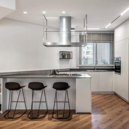 ארון מטבח מעץ בסגנון מודרני
