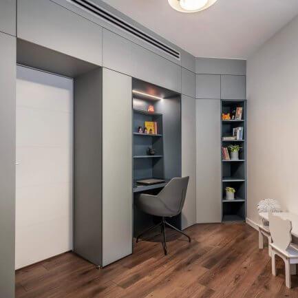 חיפוי קיר בחדר עבודה הכולל ארון מעוצב